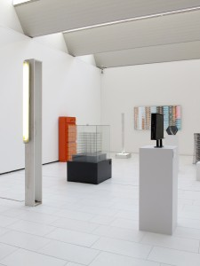 Highlight (from the 54 part series Das Prinzip Sockel), exhibition view, 2001:2002, plywood box, striplight, 231 x 120 x 145 cm, Extradosis, Kunsthalle zu Kiel, 2011
