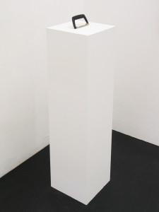 3  Sockel to go, 2010, MDF, Farbe, Griff 107 x 25 x 25 cm Kopie