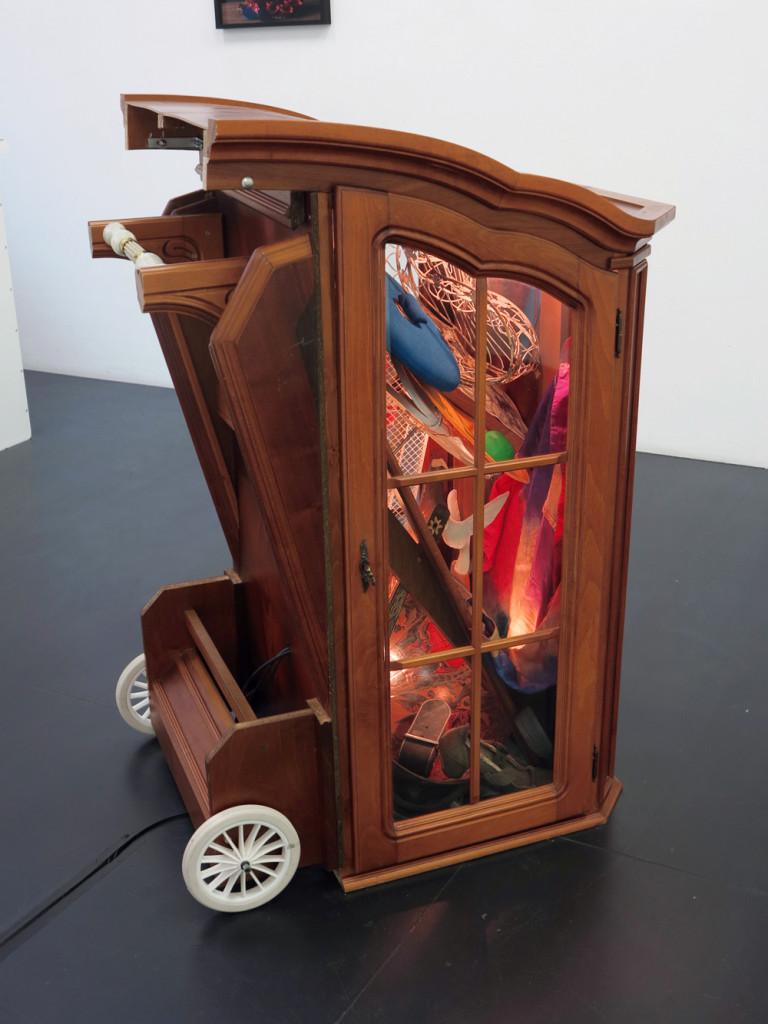 Wingstar, 2017, Fundstuecke, Gluehbirnen, 120 x 67 x 90 cm_Gallery Guentner_PARADIECLIPSE©Brinkmann