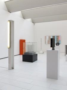 Highlight (from the 54 part series Das Prinzip Sockel), exhibition view, 2001:2002, plywood box, striplight, 231 x 120 x 145 cm, Extradosis, Kunsthalle zu Kiel, 2011