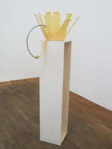 Eine-Blume-ist-eine-Blume-ist-eine-Blume-2007-Plastic-bucket-Metal-Wood-Tisch-zi-baeng-Galerie-Kunstagenten-Berlin-140-x-43-x-47-cm