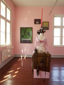 Exhibition-view-with-La-Vie-en-RoseRock-2013-found-objects-205-x-65-x-60-cm-Pose-Poshly-Positures-Palais-fuer-aktuelle-Kunst-Kunstverein-Glueckstadt-2014