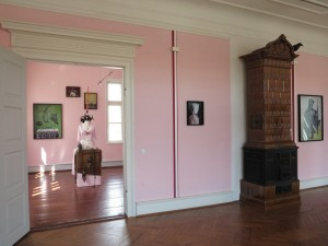 Exhibition-view2-Pose-Poshly-Positures-Palais-fuer-aktuelle-Kunst-Kunstverein-Glueckstadt-2014