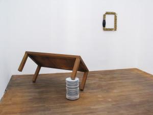 Mittag-bei-Ruthenbeck-2007-wooden-table-porcelain-plates-58-x-65-x-130-cm-Tisch-zi-baeng-Gallery-Kunstagenten-Berlin-