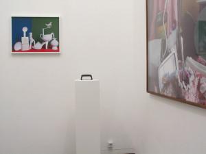 1  Exhibitionview mit White Horse Green Back, 2009, C-Print, 58 x 43,5 cm und Sockel to go