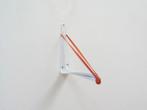 Gummi am Haken, 2005, Metall und Einmachgummi, 20 x 4 x25 cm