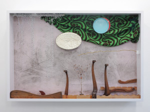 Pearlm Springs, 2017,  Fundstuecke in Glasvitrine, 165 x 220 x 27 cm_Gallery Guentner_PARADIECLIPSE©Brinkmann